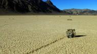 Surfende Steine im Death Valley