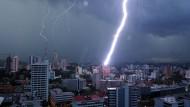 Ein gewaltiger Blitz entlädt sich April 2016 über Panama City.