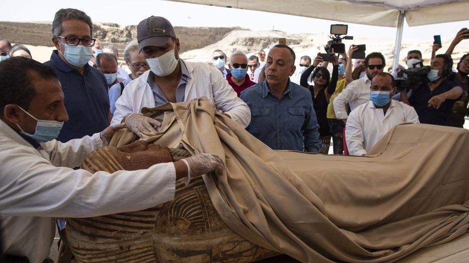 In der berühmten Totenstadt Sakkara in der Nähe von Kairo sind insgesamt 59 gut erhaltene Sarkophage entdeckt worden – einer davon wurde am Samstag für den ägyptischen Antikenminister Chalid al-Anani geöffnet.