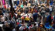 Szene von einem Mädchenflohmarkt in Neuss: Wir sind gezwungen zu konsumieren, aber nicht dazu, was wir konsumieren.