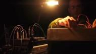 Elektronische Klänge und Gesänge von Fröschen