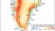 Schmelzbedingter Küstenauftrieb: Die Hebungen des Untergrunds an Grönlands Küsten im Jahr 2010 sind mit grünen Pfeilen dargestellt, das Ausmaß der außergewöhnlichen Eisschmelze in  derselben Zeit ist nach Schmelz-Intensitäten gestaffelt i unterschiedlichen Rottönen  gekennzeichnet.