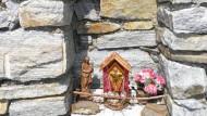 Nische mit Kreuz und Muttergottes in der Trockenmauer terrassierter Weinberge