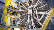 Im LHC sollen bei der Beinahe-Kollisionen von Blei-Ionen erstmals Lichtteilchen kollidiert sein.