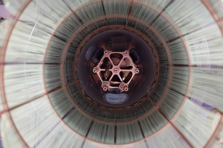 Blick von oben in den Kryostaten des Gerda-Experiments. Zu sehen ist die mechanische Aufhängung mit den Germanium-Detektoren.