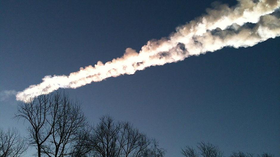 Zum Glück nur ein Streifschuss: Der Kondensstreifen des Himmelsbrockens von Tscheljabinsk am 15. Februar 2013 zeigt, wie flach er aufkam.