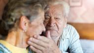 Die Pflege von Angehörigen kann sehr erfüllend aber auch kräfteraubend sein, daher sollten Möglichkeiten zur Unterstützung genutzt werden.