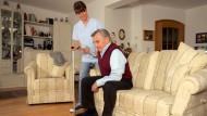 </br> Mit jedem Jahr wird das Aufstehen im Alter schwieriger. Ein ungesunder Lebensstil beschleunigt diesen Prozess zusätzlich.