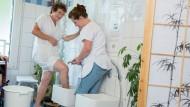 Kneippen wirkt positiv auf Körper und Geist: Knieguss im Pflegeheim in Klingenthal.