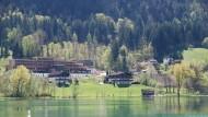 Die Privatklinik liegt direkt am malerischen Thiersee, inmitten einer beeindruckenden Berglandschaft.