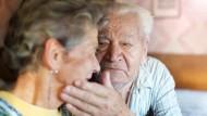 Eine mögliche Pflegebedürftigkeit sollte bei der Altersvorsorge bedacht werden.