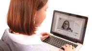 Brillenanprobe über die Webcam.