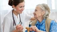 Verhinderungspflege unterstützt und stärkt die häusliche Pflege.