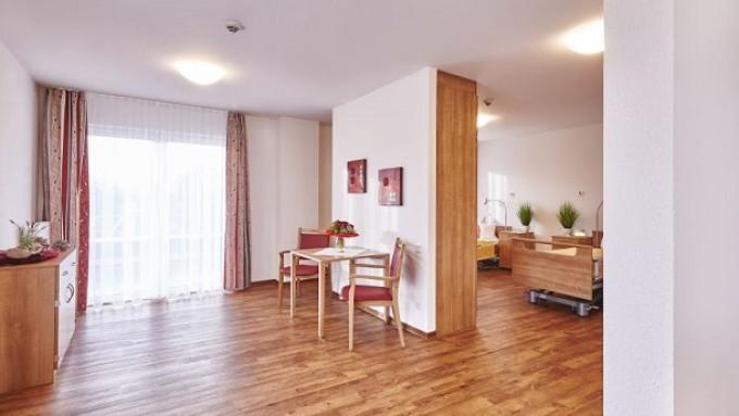 Moderne Einzelzimmer und komfortable Pflegesuiten für Ehepaare können mit einem 20-Jahres-Mietvertrag von Privatinvestoren erworben werden.