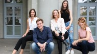 Die 28-jährige Victoria Engelhardt (links) und ihr Team (v.l.n.r.): Co-Founder und Managing Director Alexander Leuchte, Co-Founder und Head of Content Sarah Müggenburg, Nadia Staiger (Design) und Lena Natur (HR).