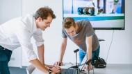Arbeitet selbstbestimmt und ist sehr zufrieden damit: Andreas Rüdenauer (l.) im Gespräch mit einem Mitarbeiter seines Start-ups R3DT.