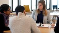 """""""Viele Gespräche werden auf Englisch geführt"""", beschreibt Anja Classen einen Teil ihrer Arbeit. Die 29-Jährige ist als Syndikusanwältin bei dem Großhandelsunternehmen Metro AG tätig."""