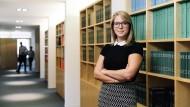 Zufrieden und selbstbewusst: Die Anwältin für Privates Bau- und Immobilienwirtschaftsrecht Katharina Bold wollte von Anfang an Verantwortung im Job übernehmen. Das ist ihr gelungen.