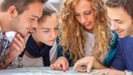 Auslandssemester oder Praktikum? Eine Wahl vor der viele Studierende stehen.