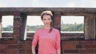 """""""Ich lerne schon immer wahnsinnig gerne."""" – Karoline Herfurth über den Dächern Berlins."""