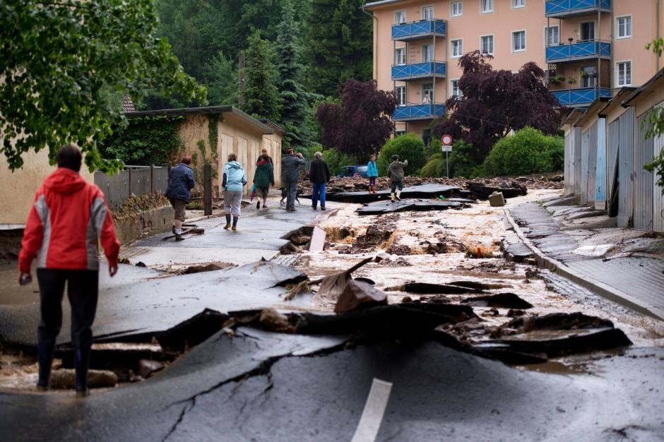 Unwetter: Schlammlawine zerstört Straßen in Sachsen ...