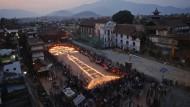 Tausende gedenken Erdbebenopfern in Nepal
