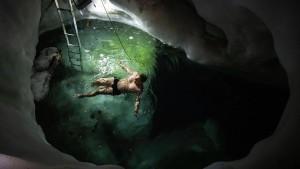 Schwimmen in der Gletscherhöhle