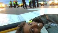 Demonstranten blockieren Landebahn