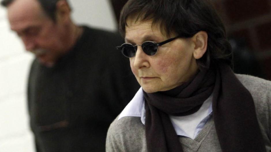 Peter-Jürgen Boock steht im Gerichtssaal hinter der Angeklagten Verena Becker