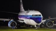 Flugzeug von Mike Pence schießt über Landebahn hinaus