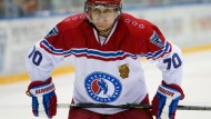 Wladimir Putin spielt Eishockey