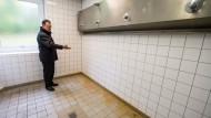 """Braune Flecken in einer Sammeldusche: Hellmut Königshaus, Wehrbeauftragter des Deutschen Bundestages, inspiziert im Oktober 2013 die Kaserne """"Am Goldenen Steig"""" in Freyung"""