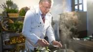 Roland Koch als Küchenchef