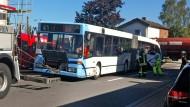 Linienbus wird von Güterzug erfasst
