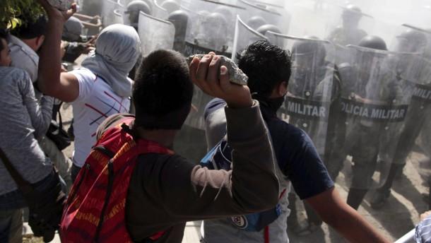 Opferfamilien greifen Kaserne in Mexiko an