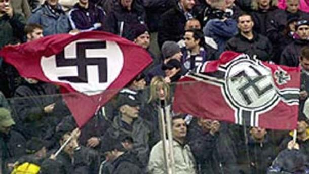 Hakenkreuze und Nazisprüche