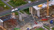 Autobahnbrücke stürzt teilweise ein, mindestens ein Toter