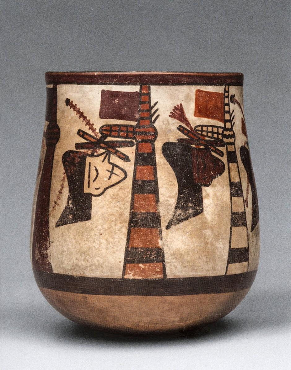 Trophäenköpfe, aufgehängt an beflaggten Pfosten. Eine 10,3 Zentimeter hohe Vase aus der mittleren Nazca-Stilphase (300-450 n. Chr.)