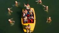 """Indierock trifft Wasserballett: Szene aus dem Video """"Packed Powder"""" von Blind Pilot"""