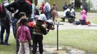 Berliner helfen hitzegeplagten Flüchtlingen