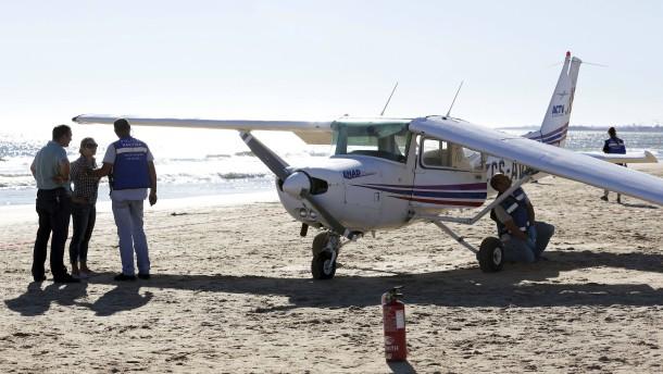 Kleinflugzeug überrollt zwei Strandbesucher bei Notlandung