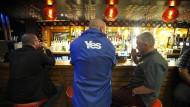 Im Pub feiern nur die Yes-Anhänger
