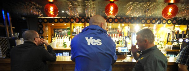 "Schotten am Tresen eines in ""Yes Bar"" umgetauften Pubs in Glasgow"