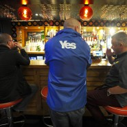 """Schotten am Tresen eines in """"Yes Bar"""" umgetauften Pubs in Glasgow"""