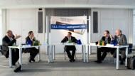 Frank Kaufmann, Michael Roth, Alois Rhiel und Dieter Posch (von links) diskutieren mit F.A.Z.-Redakteur Helmut Schwan (Mitte).