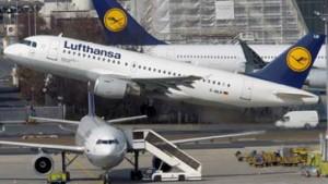 Lufthansa fährt Vielflieger im Porsche ans Flugzeug