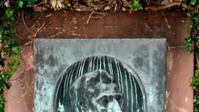 An der Kaimauer erinnert ein Bronzerelief an Andreas Weber