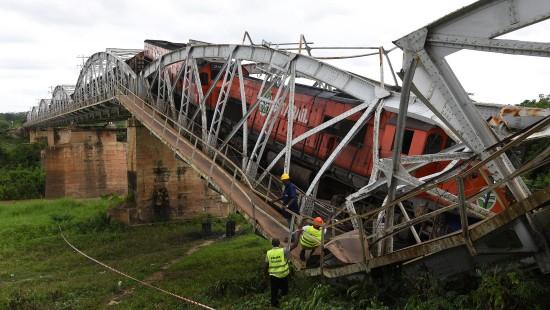 Brücke bricht unter Güterzug zusammen
