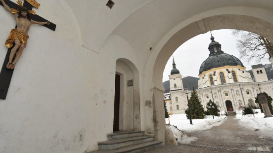 Blick auf die Kloster- und Pfarrkirche von Kloster Ettal im Landkreis Garmisch-Partenkirchen