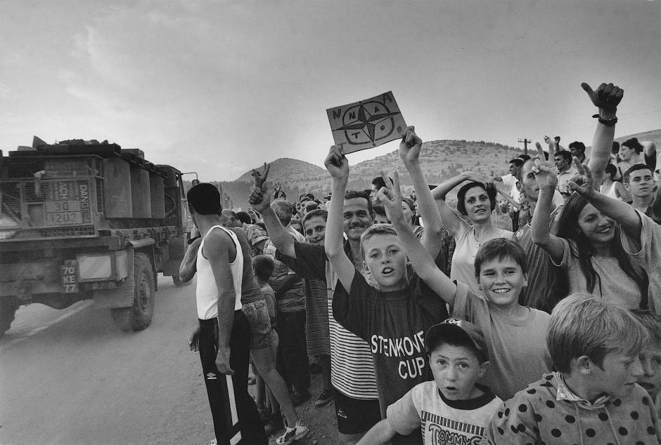 Juni 1999: Große Erwartungen an die Nato-Soldaten - Bewohner von Prizren jubeln den Eingreiftruppen zu.
